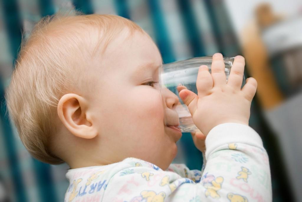 При лечении бронхита ребёнок должен употреблять много жидкости
