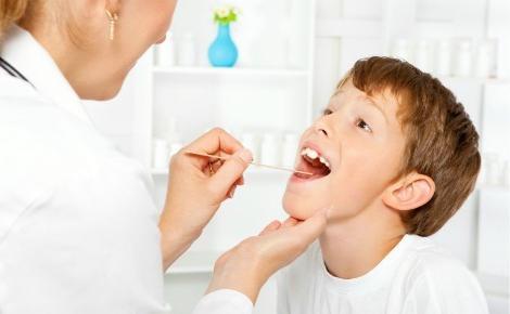 Специалист осматривает ребенка