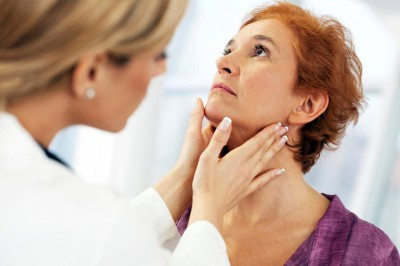 Специалист осматривает миндалины