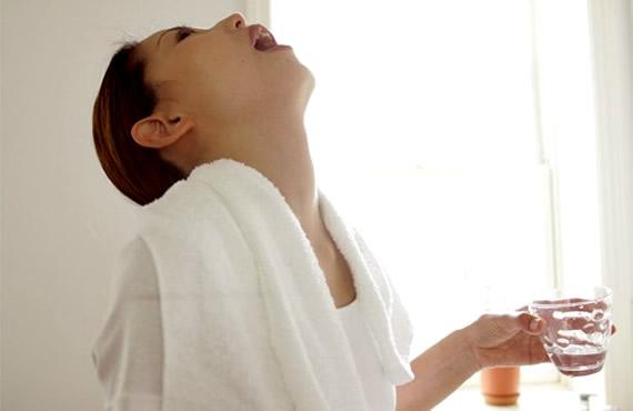 При полоскании горла болезнь отступает быстрее