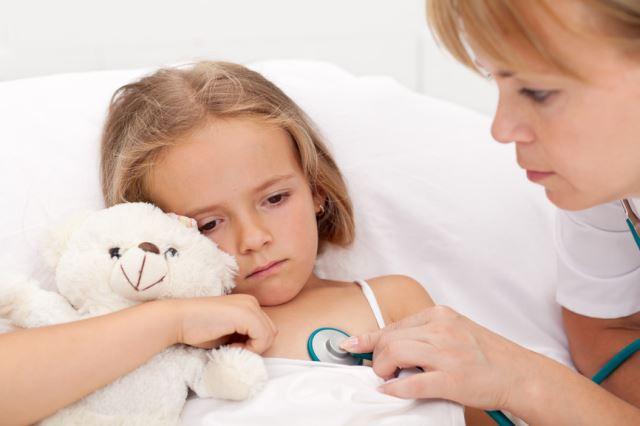 Осмотр ребнка у педиатра фото